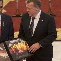 Metallica-díszdobozt kapott a dán kollégájától az indonéz elnök