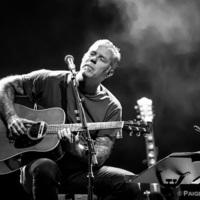 James Hetfield akusztikus gitárral nyomja a Motorbreath című dalt