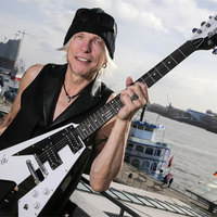 Vidd el Michael Schenkert a templomba és megmutatja, hogy kell gitározni