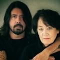 Anya-fia sorozatra készül Dave Grohl és édesanyja