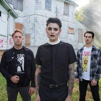 Kigyúrt metalcore full sminkben - Rózsák az új Old Wounds videóban