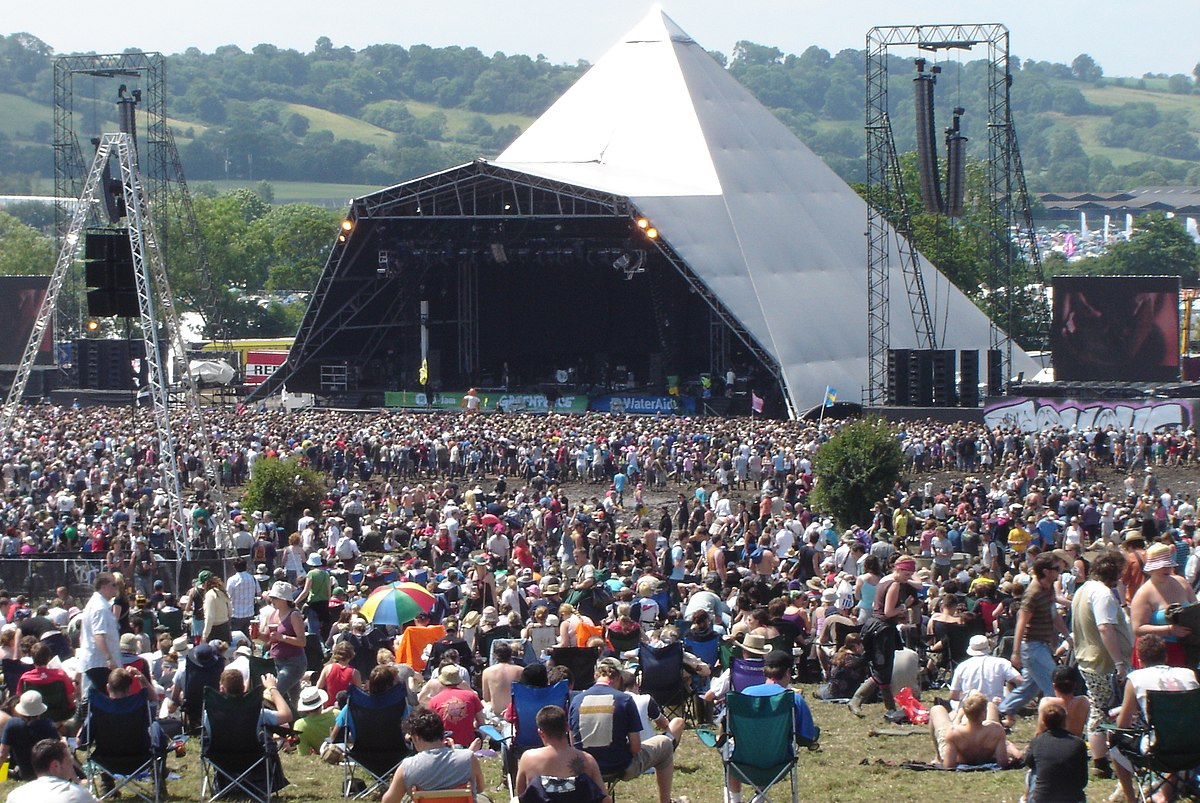 1200px-early_sunday_afternoon_crowd_at_the_pyramid_323784473.jpg