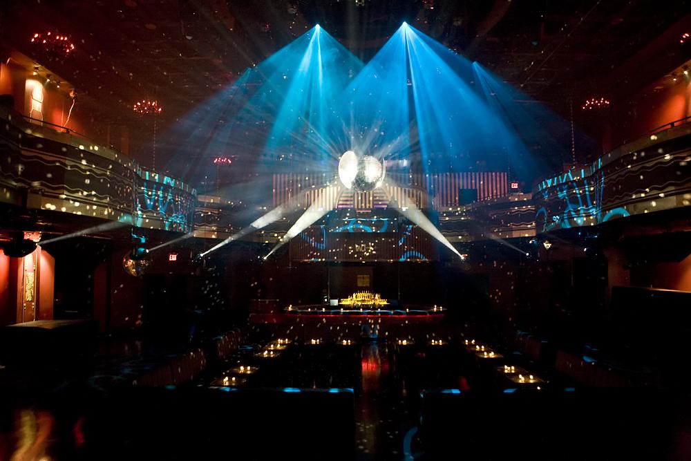 Webster Hall<br /><br />A neoreneszánsz épületben helyet kapó new york-i Webster Hall már 1886-tól fogadja a vendégeket. A háromtermes szórakozóhelyen szinte minden nap fellép valaki (nem csak a rockzenei vonalról), így nem hiába hirdetik magukat New York legnagyobb éjszakai klubjának. Ja, hogy neveket is mondjunk? Metallica, Elvis Presley, Bob Dylan, Eric Clapton, Guns N' Roses, U2, Kiss, B.B. King, Green Day...