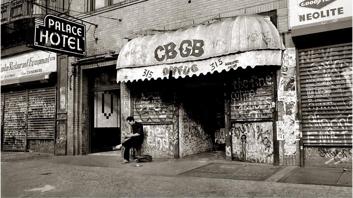 CBGB<br /><br />A new york-i CBGB sem hiába került fel erre a listára, de talán sokaknak nem is kell ecsetelnünk, miért. Az 1973-ban megnyitott (és 2006-ban bezárt) szórakozóhely nem csak a rocker arcoknak tartogatott kellemes pillanatokat, de természetesen az első Ramones buli miatt is megdobogtathatja sokak szívét. A később első sorban punk és hardcore buliknak helytadó szórakozóhelyet végül a bérleti díjak elmaradása miatt kellett bezárni, de a fennállásának krisztusi kora alatt rengeteg emlékezetes koncert volt a falai között (közülük egy a Korn best of albumához mellékelt DVD-n is ott figyel).