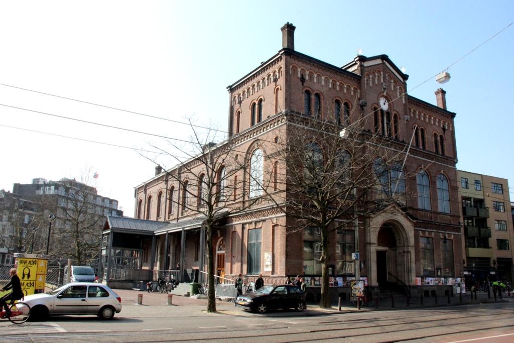 Paradiso Amsterdam<br /><br />Az 1967-ben a hippik által elfoglalt, majd 1968-ban a városi vezetés által szórakozóhellyé alakított egykori templom épületét sokáig a hippi ellenkultúra fellegváraként tartották számon. Talán csak növelte a Paradiso népszerűségét, hogy itt engedélyezték először a könnyűdrogok használatát és árusítását is. Az elsősorban punk és new wave és rave bulikról ismert helyen olyan ismertebb zenekarok is játszottak már többek között, mint a Nightwish, a Nirvana, a The Rolling Stones, a Deftones, a Faith No More, a Metallica, a Pink Floyd, a Porcupine Tree, a Rage Against The Machine és a Tool.