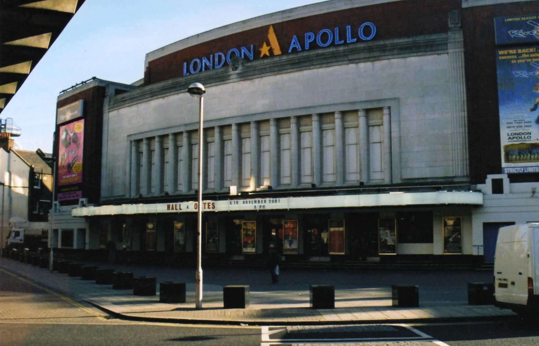 Hammersmith Odeon<br /><br />A Hammersmith Odeon (manapság már Eventim Apollo) egy 1930-32 között épült londoni szórakozóhely, mely mint a többiek is, nagyobbnál nagyobb neveket látott már vendégül. Boddy Hollytól kezdve Johnny Cashen, a Queenen, a Kissen, a Black Sabbathon, a Rushon a Pink Floydon, a Motörheaden és az Iron Maidenen át millió zseniális dal fültanúi lehettek ezek a falak.