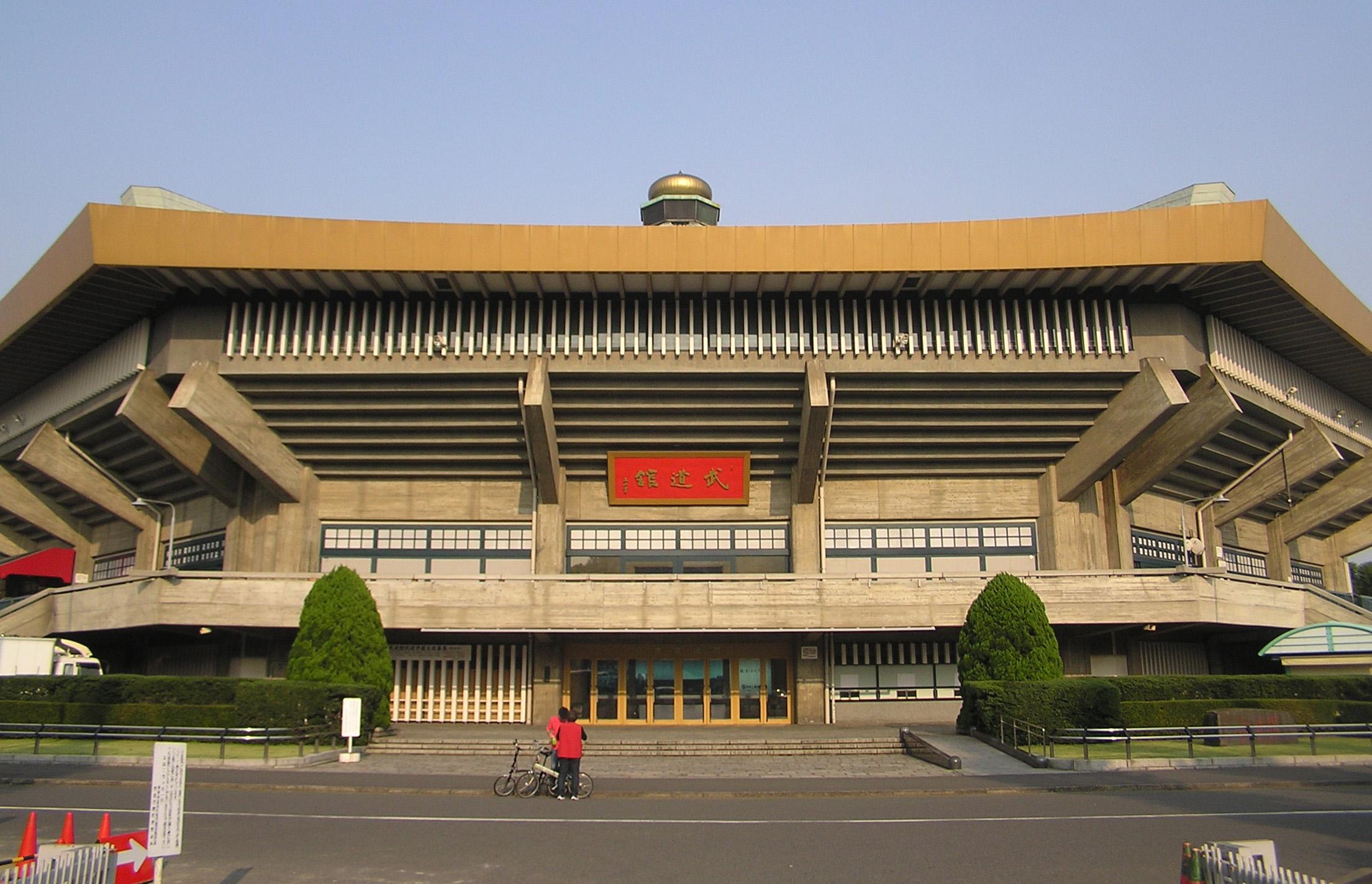 Nippon Budokan<br /><br />A Japán sportcsarnokban tartott nagyobb koncerteknek szinte mindegyike DVD-n is megjelent már (Dream Theater, Ozzy, Mr. Big, hogy kiragadjunk párat), amiből talán sejthető, hogy egy masszívan legendás és előkelő csarnokról van szó. Mint olyan, természetesen nem csak zenei eseményekre épült, hiszen a közdősportok szerelmesei is legalább olyan gyakran látogatnak el ebbe az 1964-es Olimpiára épült, egyébként egész igényesen kinéző épületbe. Maradjunk annyiban, hogy aki itt fellépett, az már tényleg letett valamit az asztalra.