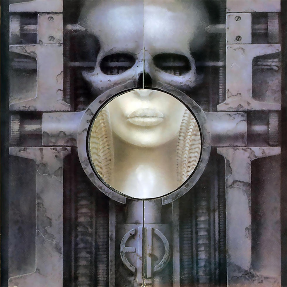 Emerson, Lake & Palmer - Brain Salad Surgery<br /><br />Akár egy jó industrial korong frontja is lehetne a progveterán trió 1973-as albumának a képe, persze mint tudjuk nem az. Egyébként a grafikát az az HR Giger készítette, aki a több más borító mellett a Korn énekesének, Jonathan Davisnek a mikrofonállványát is.