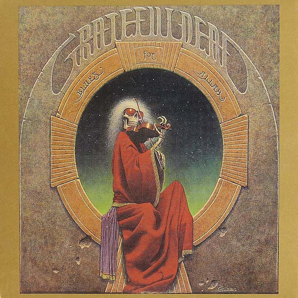 Grateful Dead - Blues For Allah<br /><br />A veterán rockcsapat itt bőven felsorakoztatott metalos kliséket, elég csak a koponyás főalakra gondolni. Hozzá a vérvörös csuha, a hegedű is rájátszik a hangulatra, viszont itt nem fogsz belezős zenéket találni. Sajnáljuk.