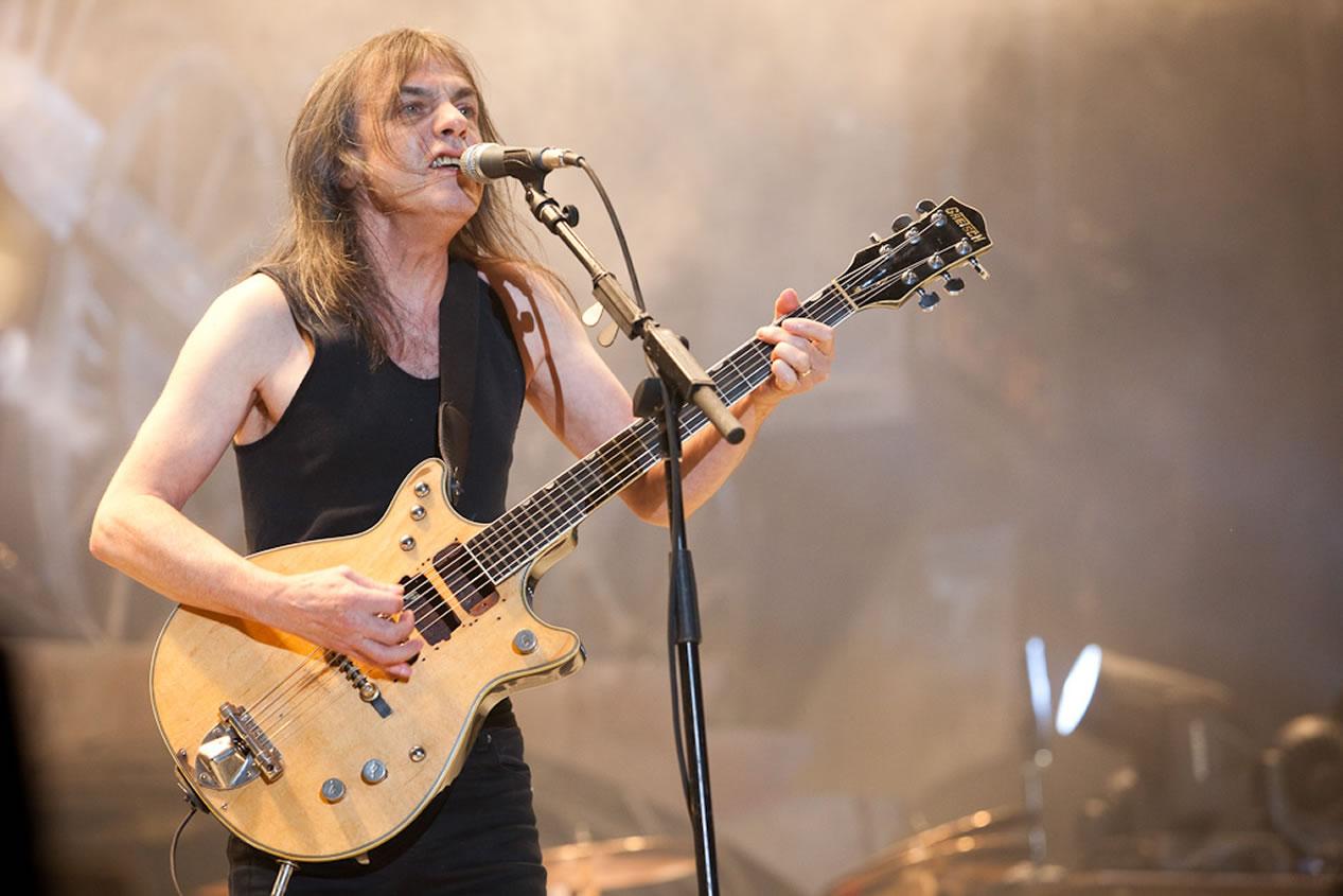 Malcolm Young (AC/DC) november 18.<br /><br />Malcolm Young érdemét senkinek nem kell ecsetelni. Az AC/DC ritmusgitárosa és társalapítója, akinek többek között a Highway To Hellt, vagy a Back In Blacket is köszönhetjük, az egyre erősödő demenciája miatt az utóbbi években már egyáltalán nem vett részt a csapata életében.