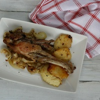 Hagymás kacsaszárnytő krumpligancával