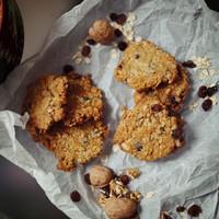 Egy abbahagyhatatlan nassolni való: diós-mazsolás zabpelyhes keksz