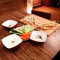 3 féle mártogatós friss zöldségekkel, házi rozmaringos grissinivel