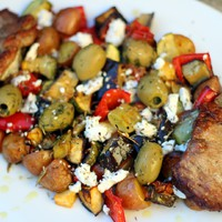 Tepsis tarja, grillezett zöldség olívával és kecskesajttal