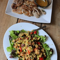 Egy gyors nyári ebéd: grillezett zöldséges kölessaláta, zsályás-fehérboros szűzérmék