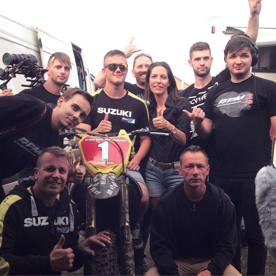 Egy élményekkel teli motocross verseny után a csapat és Pergel Márk, akkor már bajnokkal.