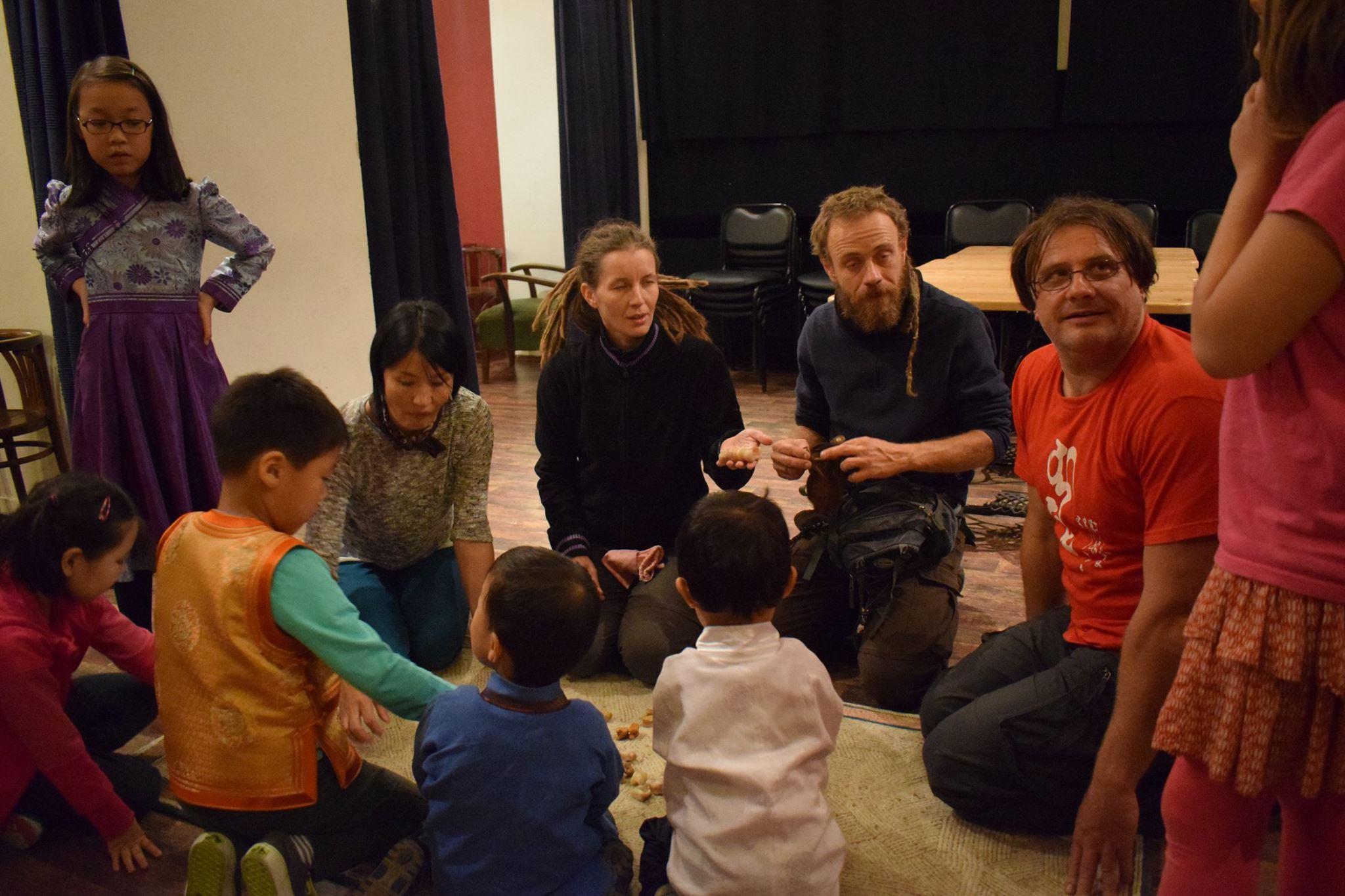 A gyerekek, és magyar (egyébként inkább barlangász körökben jól ismert) barátaim a csigacsont pöckölést gyakorolják.