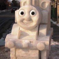 Thomas gőzmozdony hóból