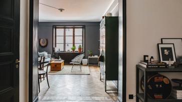 Sötétbe burkolózó, modern skandináv lakás