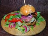 Egészséges házi burger, felturbózva ecetes hagymával és sok más finomsággal
