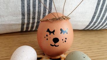 Cuki nyuszifül, amely használt gitárhúrból készült a húsvéti tojásra