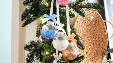 Csillámporos karácsonyfadísz, amely cseppet sem hullik
