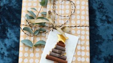 Készíts fenyőfás ajándékkísérőt apró gallyakból!
