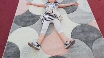 A gyerekszoba szőnyeg is kipipálva!