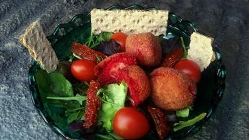 Céklás-juhtúrós sült golyócskák csücsültek a salátaágyra
