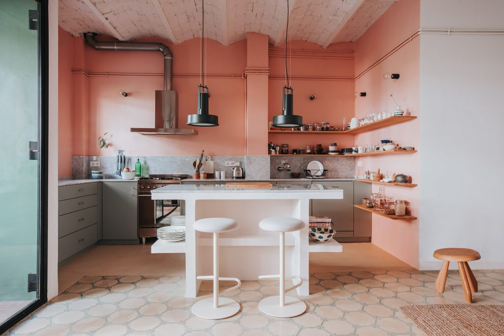 the_nordroom_a_barcelona_apartment_with_a_coral_pink_kitchen_3.jpg