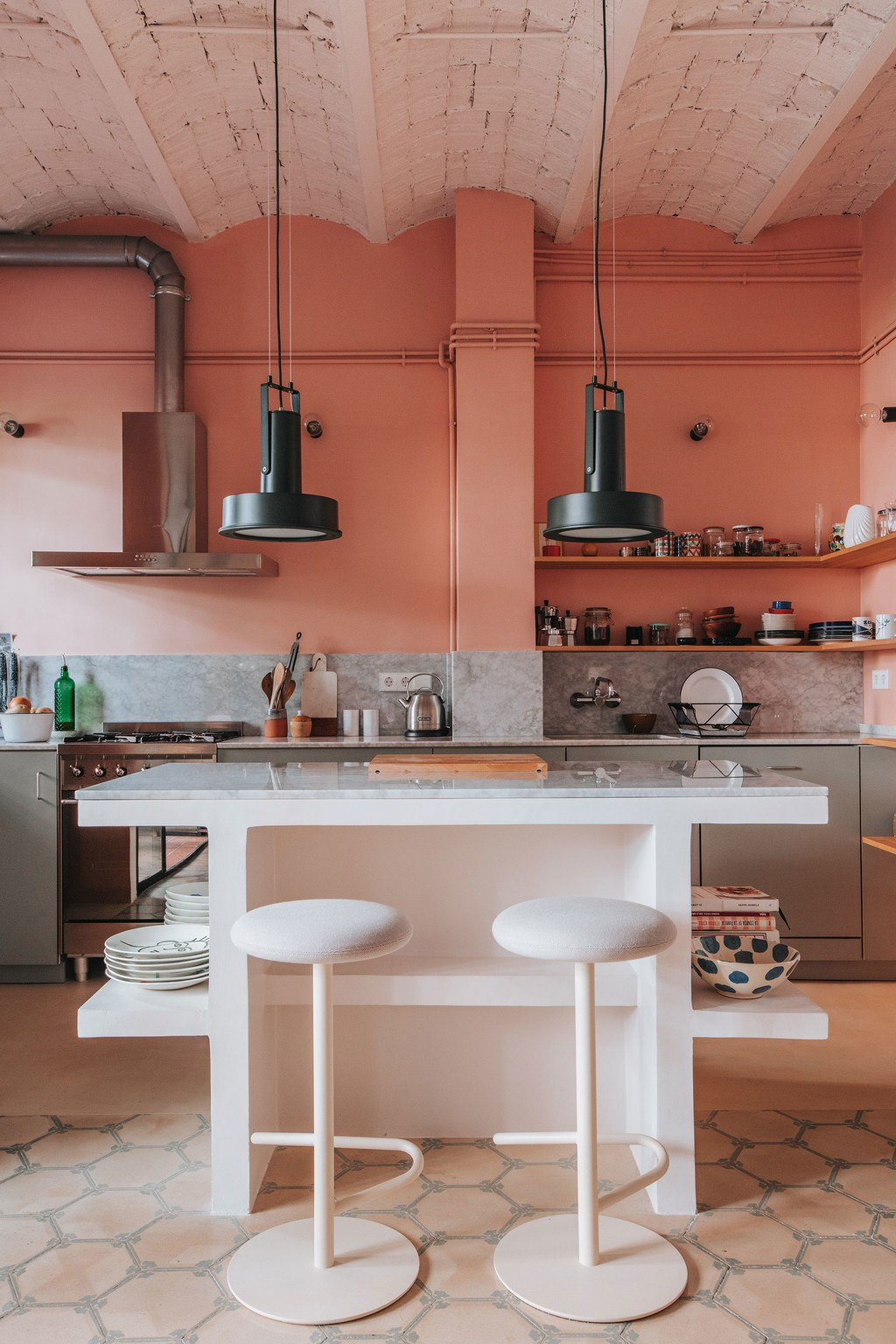 the_nordroom_a_barcelona_apartment_with_a_coral_pink_kitchen_4.jpg