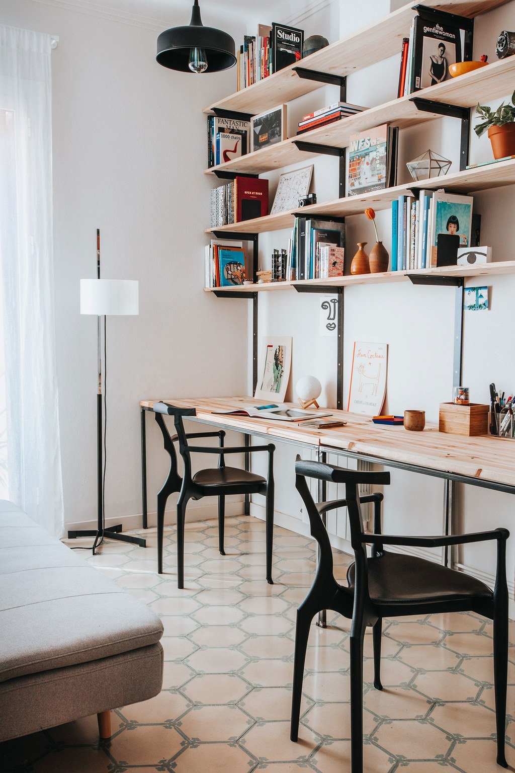 the_nordroom_a_barcelona_apartment_with_a_coral_pink_kitchen_5.jpg