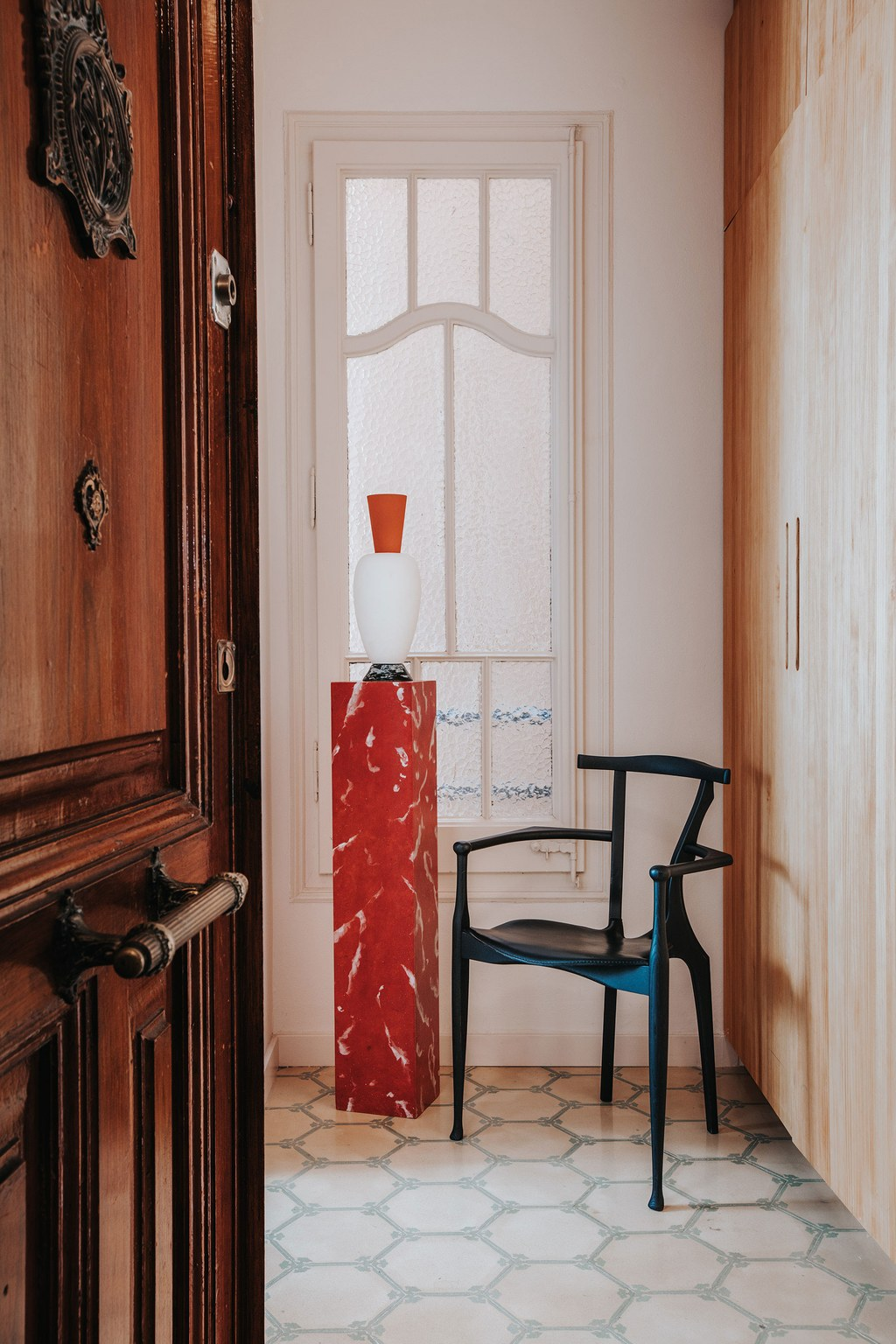the_nordroom_a_barcelona_apartment_with_a_coral_pink_kitchen_8.jpg