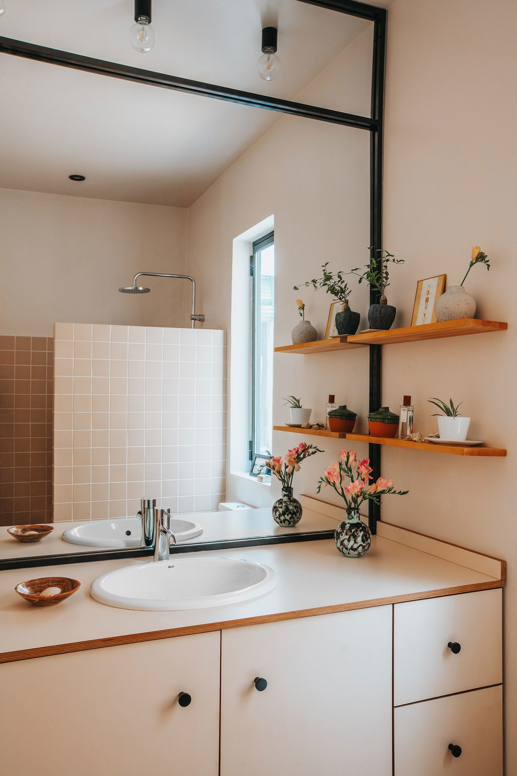 the_nordroom_a_barcelona_apartment_with_a_coral_pink_kitchen_9.jpg