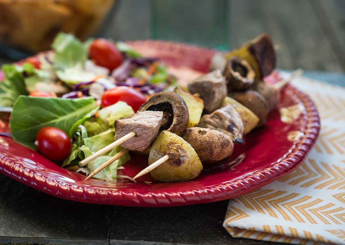 steak_and_mushroom_kabobs_with_new_potatoes_2_front.jpg