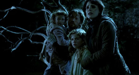 Nikolaj-Coster-Waldau-Jessica-Chastain-Megan-Charpentier-and-Isabelle-Nélisse-in-Mama-2013-Movie-Image-600x324.jpg