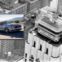 Az Empire State Building kilátóján az 50. évfordulóját ünneplő Ford Mustang