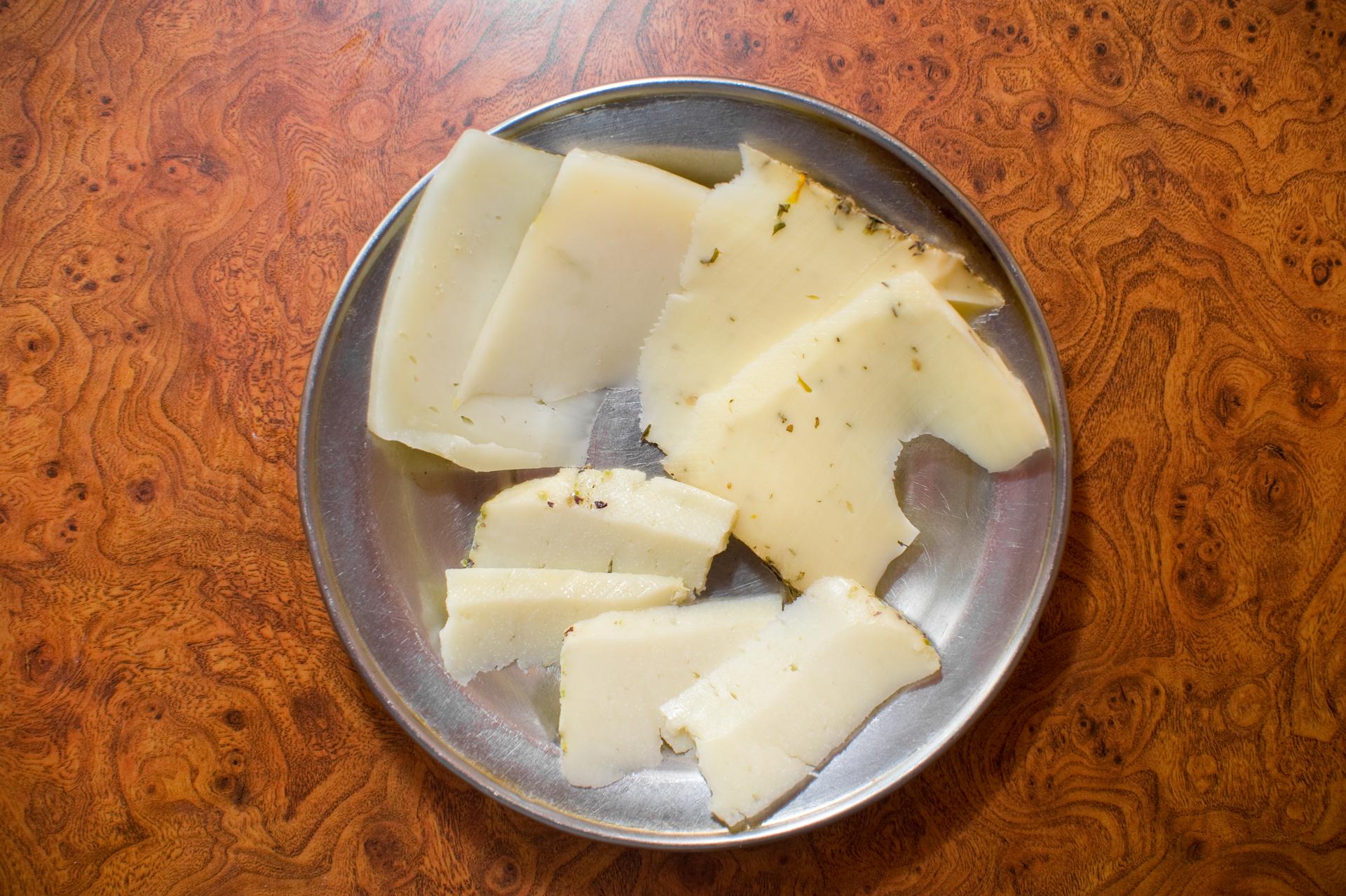 Három különleges olasz sajt: Caciotta di Parma, gyógynövényes sajt Alto Adigéből és pepperónis-borsos sajt Szicíliából