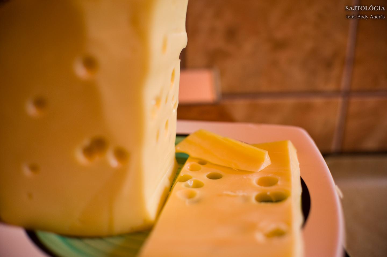 Kiindulási alap: egy tömb Leerdammer sajt. Vagy bármi, ami elég kemény a reszeléshez.