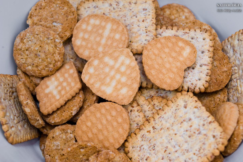 Vegyes keksz, de főleg zabos. Ezt kell darálni.