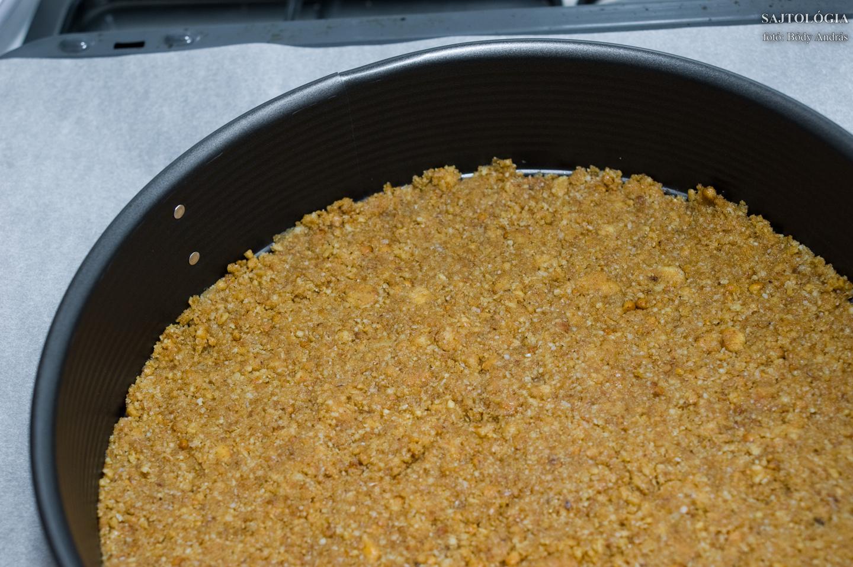 A darált kekszet vajjal keverve a tortaformába nyomkodjuk, laposra döngöljük. 10 percre mehet a sütőbe, kb. 200 fokon.