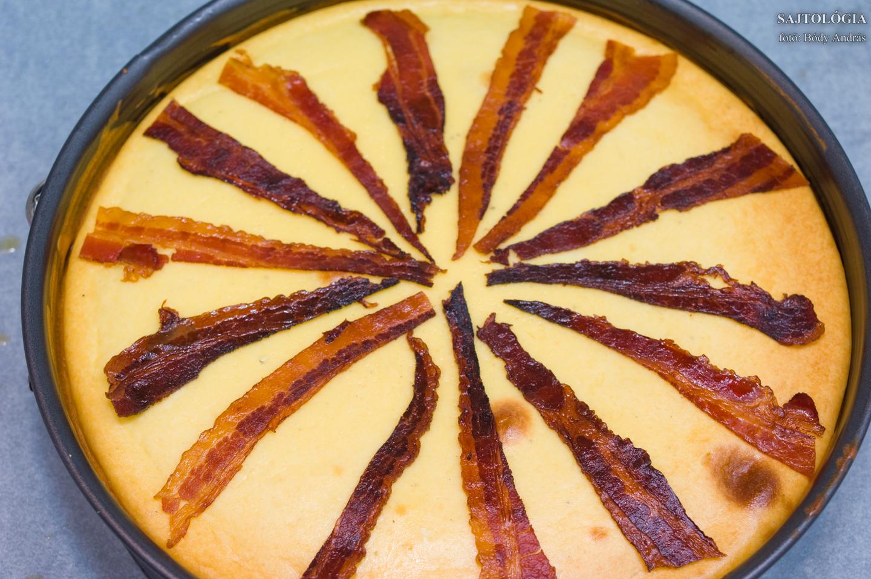 A kihűlt alkatrészeket kezdhetjük összeszerelni: a tortára kerülnek a bacon csíkok.