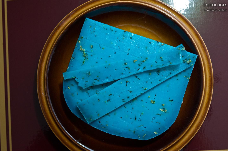 Nem kell félni a színétől, nincs ablakmosó-íze. Nem esünk tőle hasra, elégséges félkemény sajt.