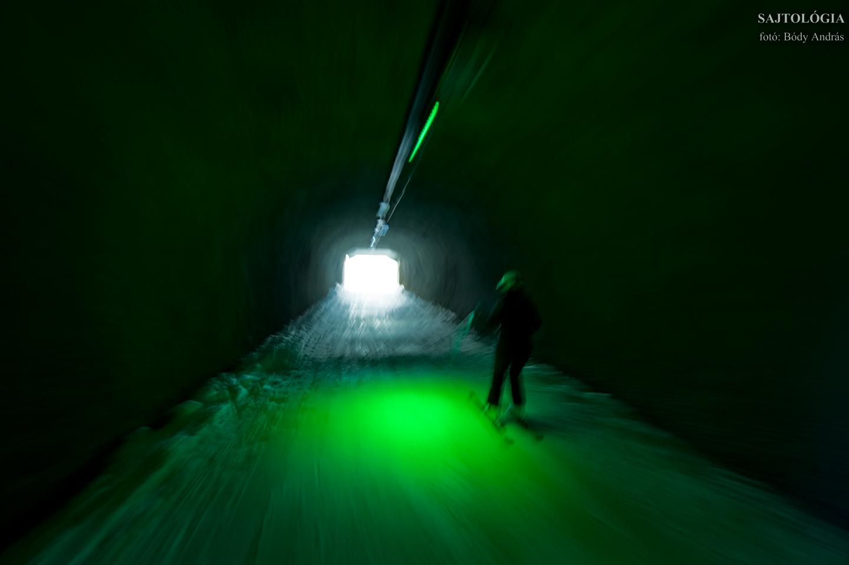 Csúszás a Le Carroley hegy alatti alagútban.