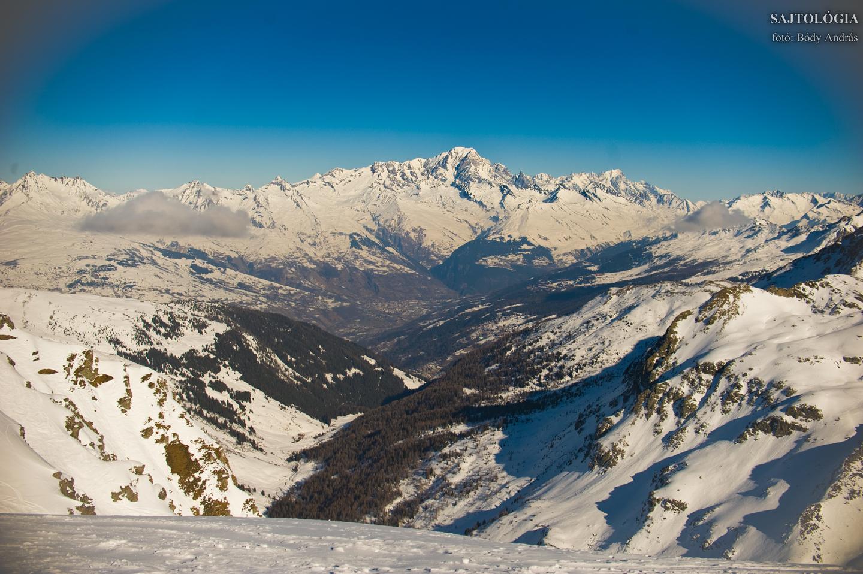 Mont Blanc, az Alpok legmagasabb csúcsa (középen). A Paradiski terepről déli oldala látható.