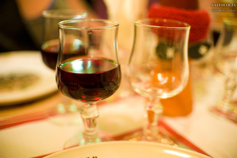 Francia hegyi sajthoz francia házi bor.