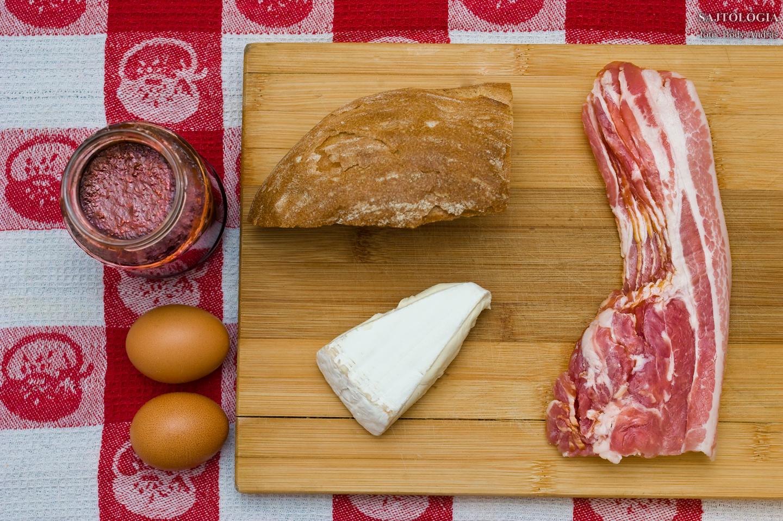 Alapanyagok: eperlekvár, tojás, kenyér, Brie, bacon. Egyszerű?