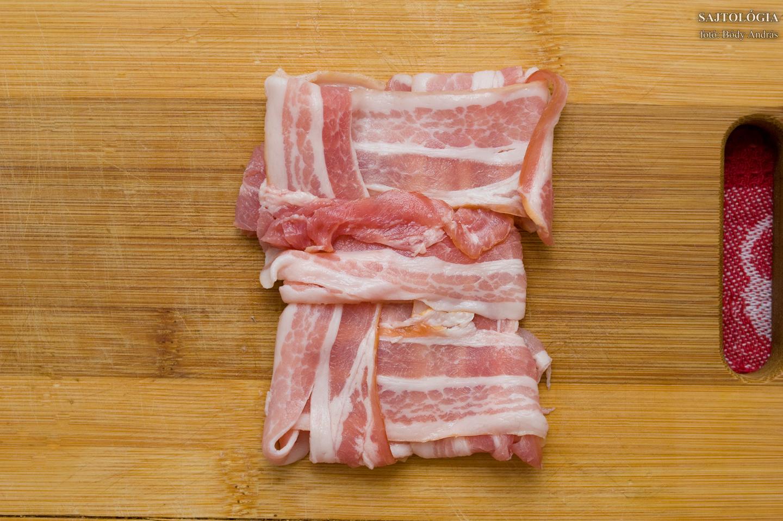 Gondosan hajtogatott bacon, mely a szendvicsben elfér, de helyenként csábítóan kificcen ;)
