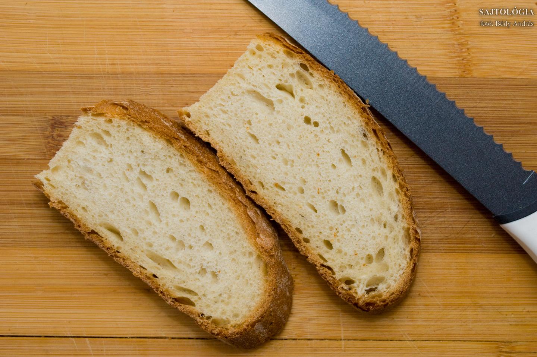 Mi friss, erdélyi burgonyás kenyeret használtunk.