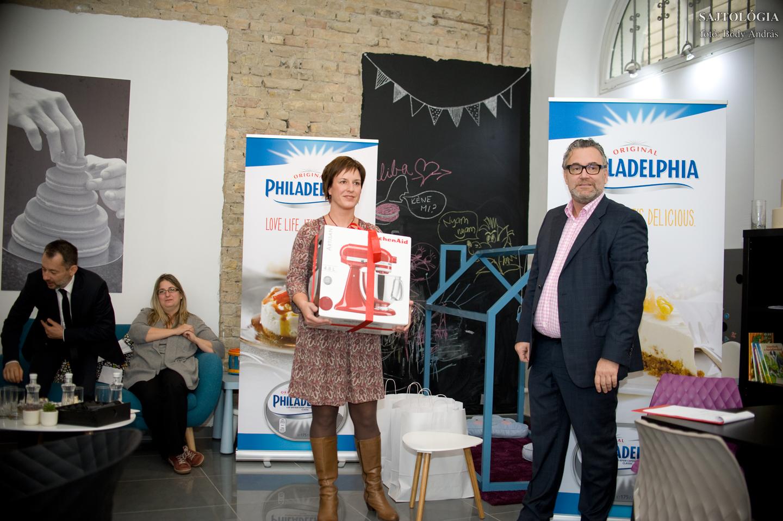 Teller Zsuzsa, a verseny győztese átveszi díját